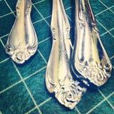 Silverware på vinylTablecloth Royaltyfri Foto