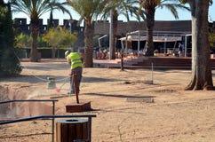 Silves,葡萄牙- 11/18/2017 :清扫在游人中 免版税库存图片