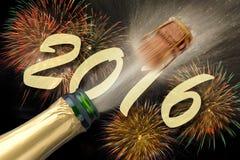 Silvester-Partei 2016 mit knallendem Champagner Lizenzfreies Stockbild