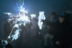 Silvester sparkler przy nocą z ludźmi, Wunderkerze Zdjęcia Royalty Free
