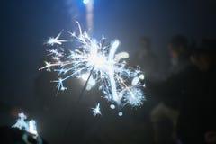 Silvestersterretje bij nacht met mensen, Wunderkerze Royalty-vrije Stock Foto
