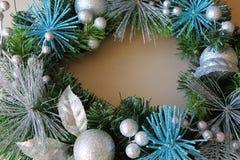 Silvriga julbollar på en julkrans Arkivfoto
