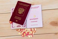 SIM-de kaarten van verschillende vorm calculeren (norm, nano micro,) en het paspoort in Stock Foto