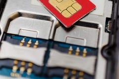 SIM-kort på springor i mobiltelefon Två platser för Royaltyfria Bilder