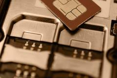 SIM-kort på springor i mobiltelefon Två platser för Tappningtoning Royaltyfria Bilder