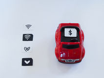 Sim kortmagasin och litet papper som simuleras som ett SIM-kort på en röd t Arkivbilder