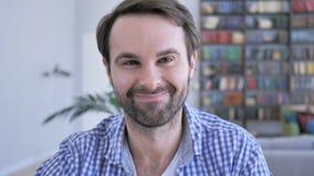 Sim, o homem ocasional da barba que aceita a oferta, concorda video estoque