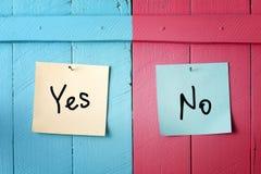 Sim ou nenhuma decisão. Conflito. imagens de stock