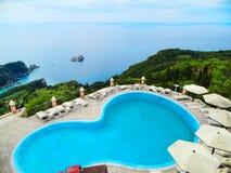 Simbassäng över det ionian havet för blått lagunkustlandskap på Cor royaltyfri foto