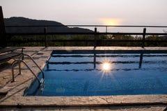 Simbassäng av den lyxiga ferievillan som förbluffar havet för natursiktslandskap Koppla av nära simbassäng med ledstången, solsto royaltyfria foton