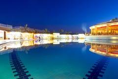 Simbassäng av den tropiska semesterorten i Hurghada på natten Arkivbild
