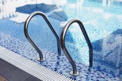 Simbassäng blå brunnsortsimbassäng med rengöring Fotografering för Bildbyråer