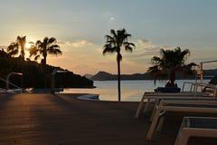 Simbassäng för lyxigt hotell kroatisk ö royaltyfria foton