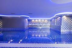 Simbassäng i brunnsortmitt för lyxigt hotell Royaltyfri Foto