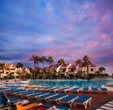Simbassäng i hotell. Solnedgång i den Tenerife ön, Spanien. Arkivbild