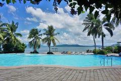 Simbassäng i tropisk Lakesidestrand royaltyfri fotografi