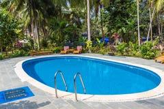 Simbassäng i tropisk semesterort med trädgården Royaltyfria Bilder