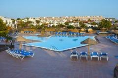 Simbassäng och byggnader i hotellet i Playa Blanca, Lanzarote Royaltyfri Fotografi