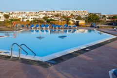 Simbassäng och byggnader i hotellet i Playa Blanca, Lanzarote Arkivbilder