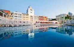 Simbassäng och strand av det lyxiga hotellet och utomhus- tips och en brunnsort Amara Dolce Vita Luxury Hotel semesterort Tekirov Royaltyfria Bilder