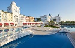 Simbassäng och strand av det lyxiga hotellet och utomhus- tips och en brunnsort Amara Dolce Vita Luxury Hotel semesterort Tekirov Arkivfoto