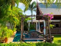 Simbassäng och trägunga av den lyxiga villan, Samui, Thail Royaltyfria Foton