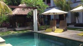 Simbassäng på den lyxiga semesterorten i Bali, Indonesien stock video