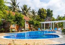 Simbassäng på det tropiska hotellet i Vietnam Fotografering för Bildbyråer