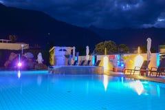 Simbassäng på en lyxig semesterort vid natt i Lana Royaltyfri Bild