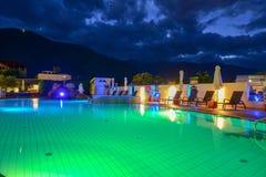 Simbassäng på en lyxig semesterort vid natt i Lana Arkivbild
