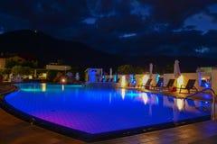Simbassäng på en lyxig semesterort vid natt i Lana Royaltyfri Foto