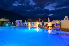 Simbassäng på en lyxig semesterort vid natt i Lana Royaltyfri Fotografi