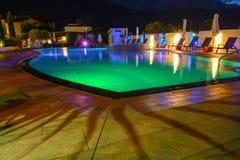 Simbassäng på en lyxig semesterort vid natt i Lana Royaltyfria Foton