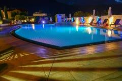 Simbassäng på en lyxig semesterort vid natt i Lana Arkivbilder