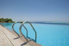 Simbassäng på en lyxig tropisk villa Arkivbild