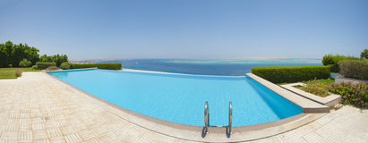 Simbassäng på en lyxig tropisk villa Royaltyfria Foton