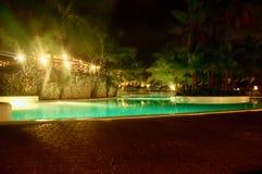 Simbassäng på nattetid Arkivfoto