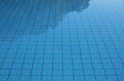 Simbassängvatten texturerade solljus för modell för våg för yttersidabakgrundssommar reflexionen skvalpat royaltyfri foto