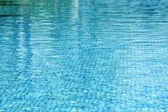 Simbassängvattenbakgrund Arkivfoto