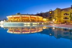 Simbassäng av den tropiska semesterorten i Hurghada på natten Royaltyfria Foton