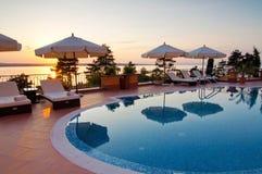 Simbassäng av det lyxiga hotellet Royaltyfri Fotografi
