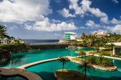 Simbassäng i det lyxiga tropiska hotellet Royaltyfria Bilder