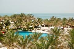 Simbassäng och strand på det lyxiga hotellet Fotografering för Bildbyråer