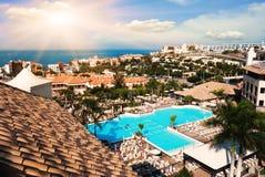 Simbassäng på hotell. Solnedgång i den Tenerife ön, Spanien. Turist- semesterort Royaltyfria Bilder