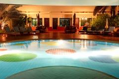 Simbassängen på det lyxiga hotellet i nattbelysning Fotografering för Bildbyråer