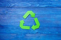 Simbol di riciclaggio di carta sul copyspace da tavolino di legno blu di vista Fotografie Stock Libere da Diritti