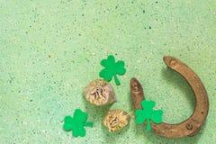 Simboli del giorno di St Patrick: il ferro di cavallo, trifoglio dell'acetosella, insacca la o Immagini Stock Libere da Diritti