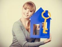 Simboli dell'alloggio della tenuta della giovane signora Fotografia Stock Libera da Diritti