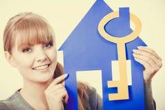 Simboli dell'alloggio della tenuta della giovane signora Immagine Stock Libera da Diritti