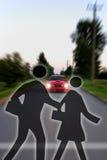 Simboli dell'incrocio davanti all'automobile di accelerazione d'avvicinamento Fotografia Stock